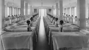 Bambini nella camerata, epoca fascista